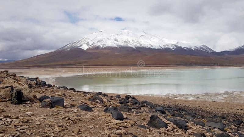 Vista di Laguna Verde ed i picchi delle Ande fotografia stock