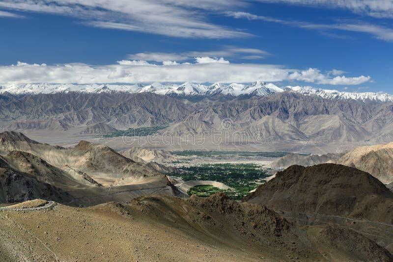 Vista di Leh dalla strada all'più alto passo di montagna nel mondo che può essere raggiunto in macchina Questo passaggio è lo sco immagine stock
