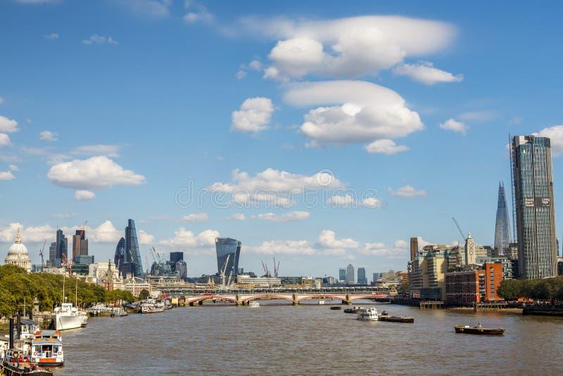 Vista di Londra sul Tamigi di estate immagine stock