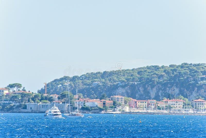 Vista di luce del giorno agli yacht bianchi ed alle barche che girano sull'acqua fotografie stock
