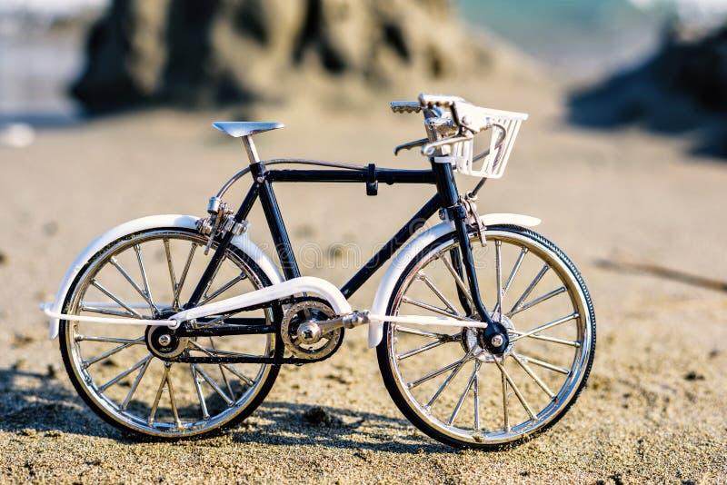Vista di luce del giorno al ricordo della bicicletta dell'artigianato sulla sabbia fotografie stock libere da diritti
