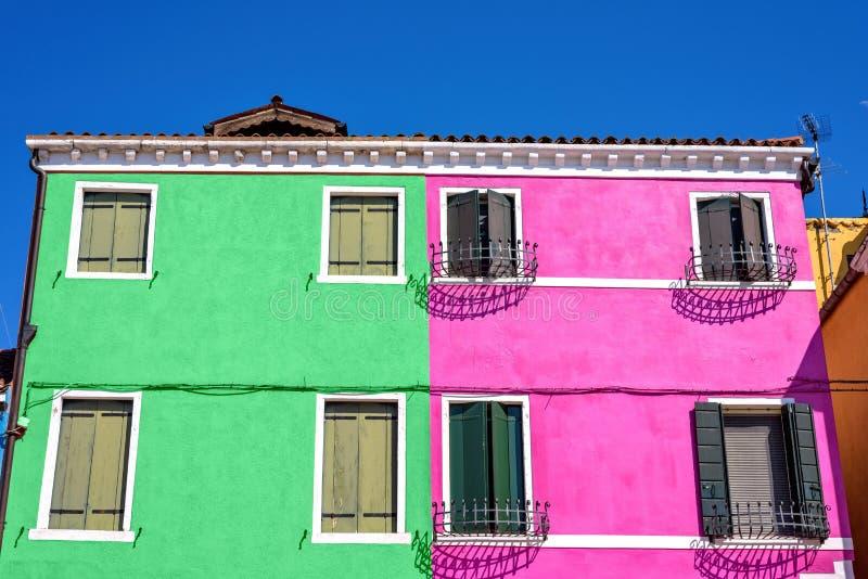 Vista di luce del giorno alla menta colorata complementare ed alla costruzione rosa immagine stock libera da diritti