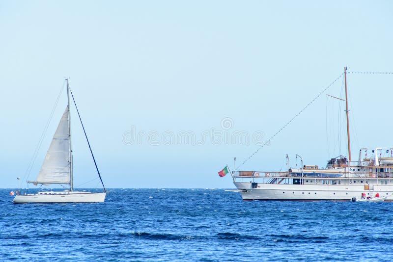 Vista di luce del giorno alla navigazione e navi da crociera con la gente a bordo c immagini stock
