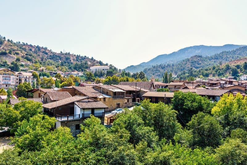 Vista di luce del giorno da sopra alle costruzioni della città e le montagne di Troodos fotografia stock libera da diritti
