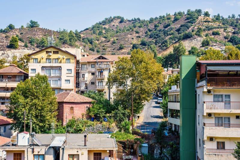 Vista di luce del giorno da sopra alle costruzioni della città e le montagne di Troodos fotografie stock libere da diritti