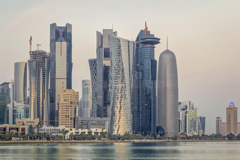 Vista di luce del giorno dell'orizzonte di Doha Qatar fotografia stock