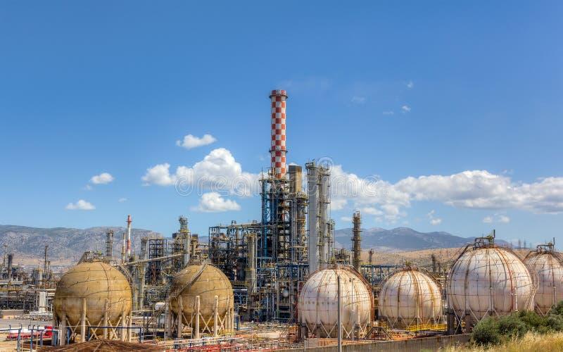 Vista di luce del giorno della raffineria di petrolio fotografia stock