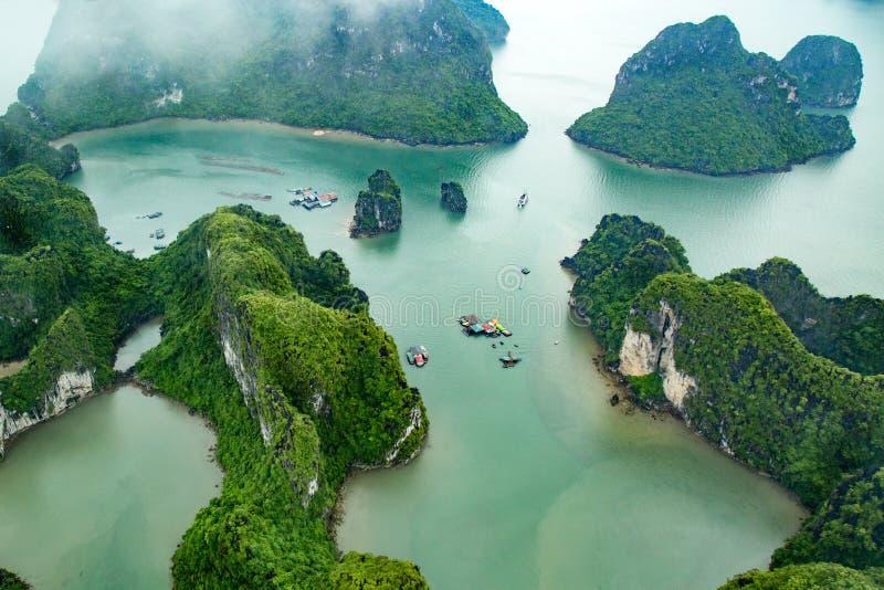 Vista di lunghezza della baia dell'ha da sopra, la baia più bella sul mondo fotografia stock libera da diritti