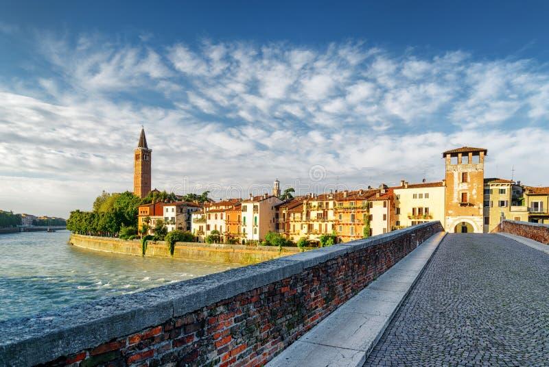 Vista di lungomare del fiume di Adige da Ponte Pietra, Verona fotografia stock libera da diritti