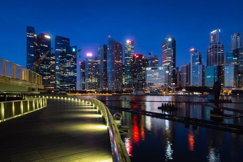 Vista di lungomare dell'orizzonte di Singapore alla notte fotografia stock libera da diritti