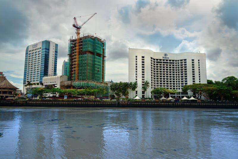 Vista di lungomare e di Hilton Hotel della città di Kuching fotografie stock