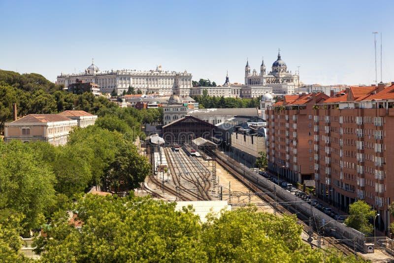Vista di Madrid, con la stazione di principe Pio, il palazzo reale e il Almud fotografia stock libera da diritti