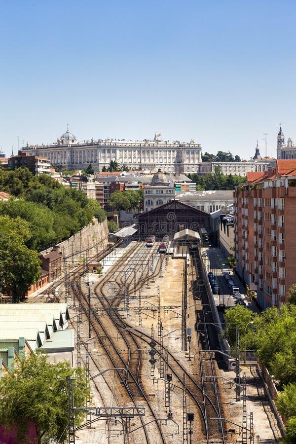Vista di Madrid, con la stazione ferroviaria ed il palazzo reale di principe Pio fotografia stock libera da diritti