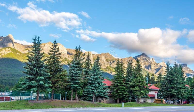 Vista di mattina alle montagne Canmore - nel Canada fotografie stock