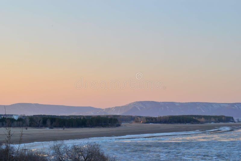 Vista di mattina del fiume Volga coperto di ghiaccio e delle montagne di Zhiguli nei precedenti immagini stock