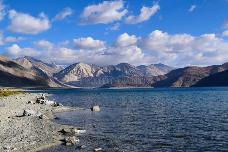 Vista di mattina del lago Pangong con catena montuosa himalyan nel fondo in Leh fotografia stock libera da diritti