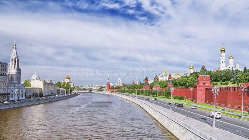 Vista di mattina dell'argine di Cremlino a Mosca immagini stock libere da diritti