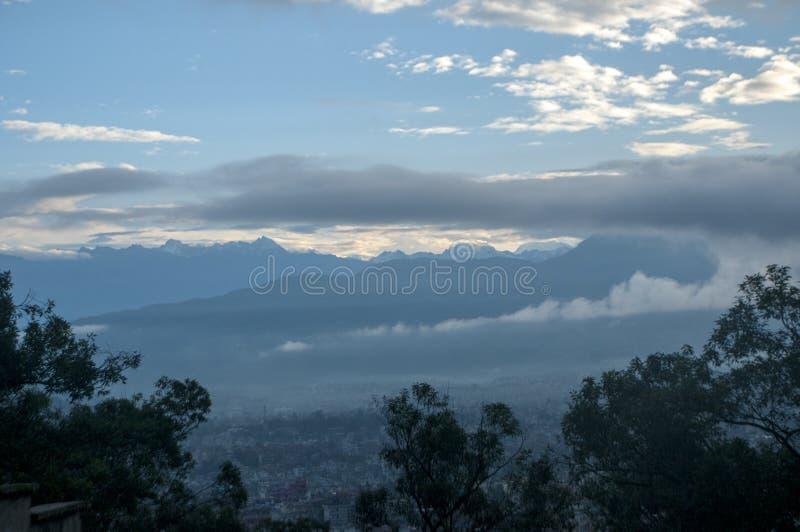 Vista di mattina della città di Kathmandu a sud della valle di Kathmandu fotografie stock libere da diritti