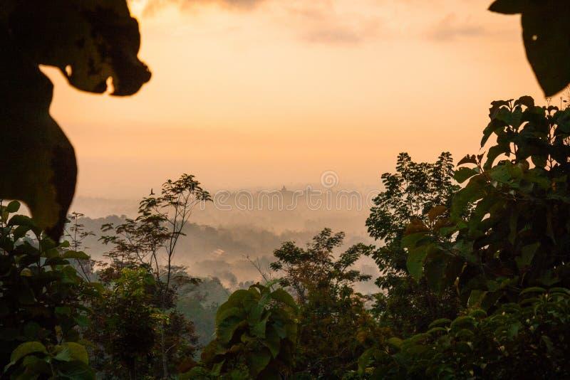 Vista di mattina di Foggie della valle del tample di Borobudur immagini stock
