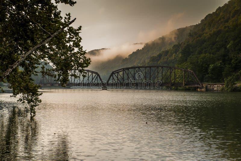 Vista di mattina di nuovo ponte della ferrovia del fiume - Virginia Occidentale fotografia stock libera da diritti