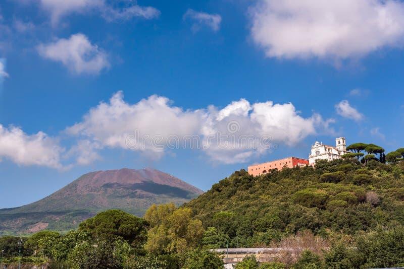 Vista di Missionari Redentoristi Colle Sant Alfonso e del Vesuvio immagine stock libera da diritti