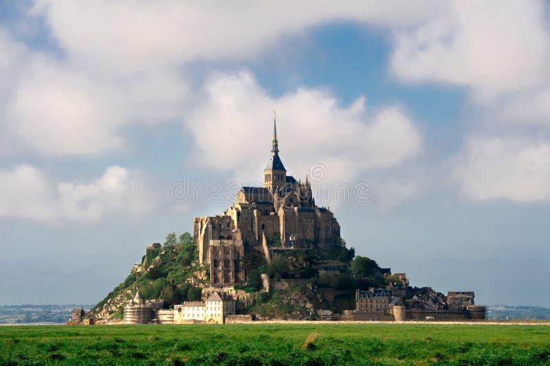 Vista di Mont san-Michel dal prato fotografie stock