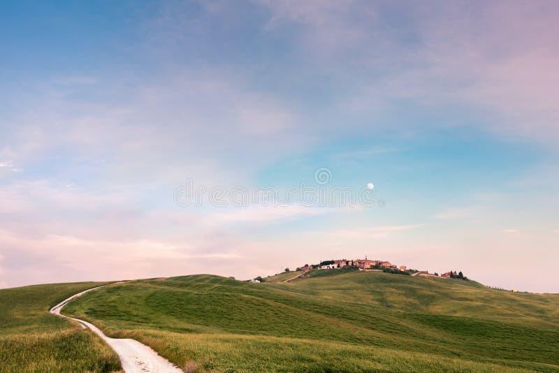 Vista di Mucigliani in Toscana al tramonto vicino a Siena immagine stock libera da diritti