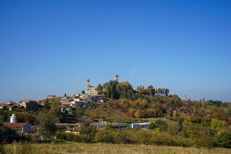 Vista di Murazzano, Piemonte L'Italia fotografia stock libera da diritti