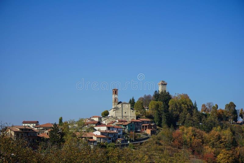 Vista di Murazzano, Piemonte L'Italia immagini stock