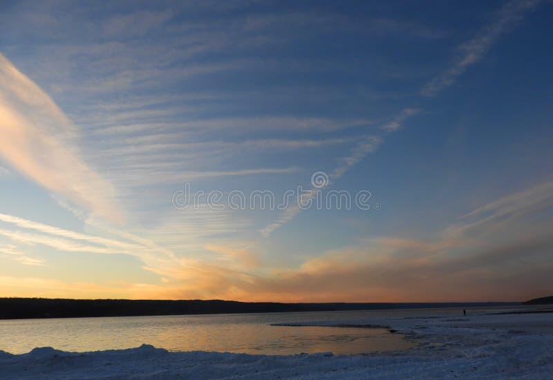 Vista di nord-ovest del lago cayuga durante il tramonto di inverno immagine stock libera da diritti