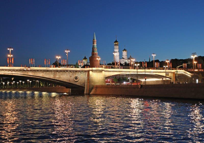 Vista di notte al fiume ed al Cremlino di Mosca fotografia stock