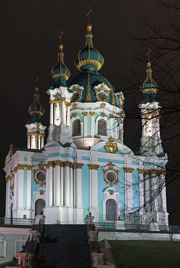Vista di notte alla chiesa del ` s di St Andrew a Kiev, Ucraina immagini stock libere da diritti