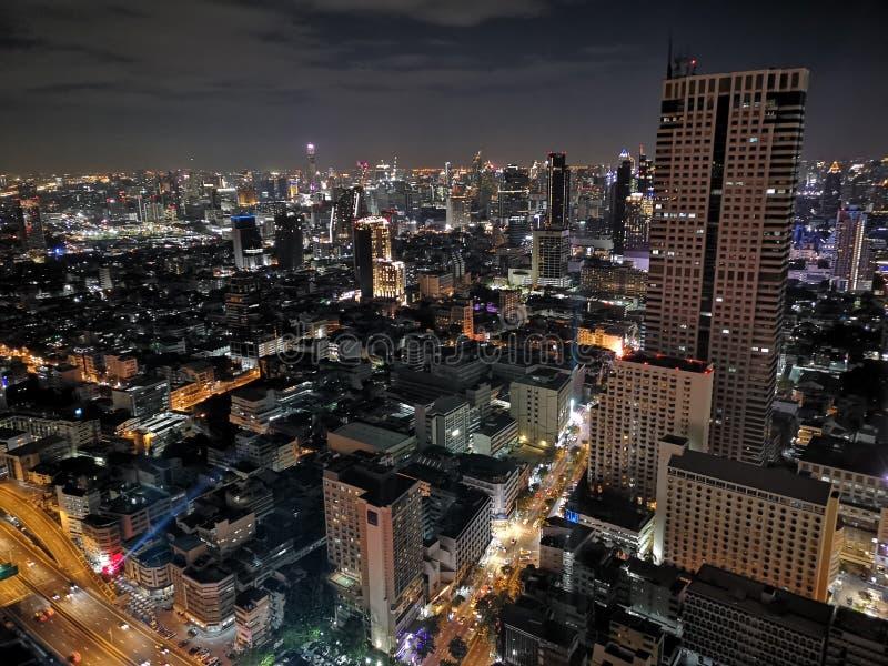Vista di notte di Bangkok dalla cima fotografie stock libere da diritti