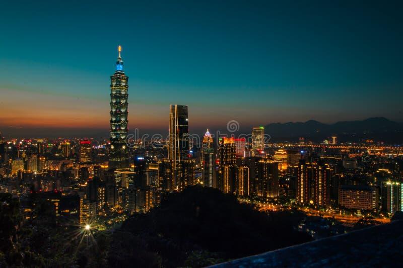 Vista di notte brillantemente di Lit Cityline di Taipei, Taiwan fotografia stock libera da diritti