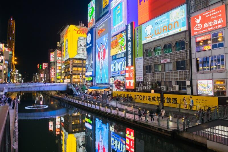 Vista di notte con le esposizioni leggere di Dontonbori a Osaka, Giappone immagini stock