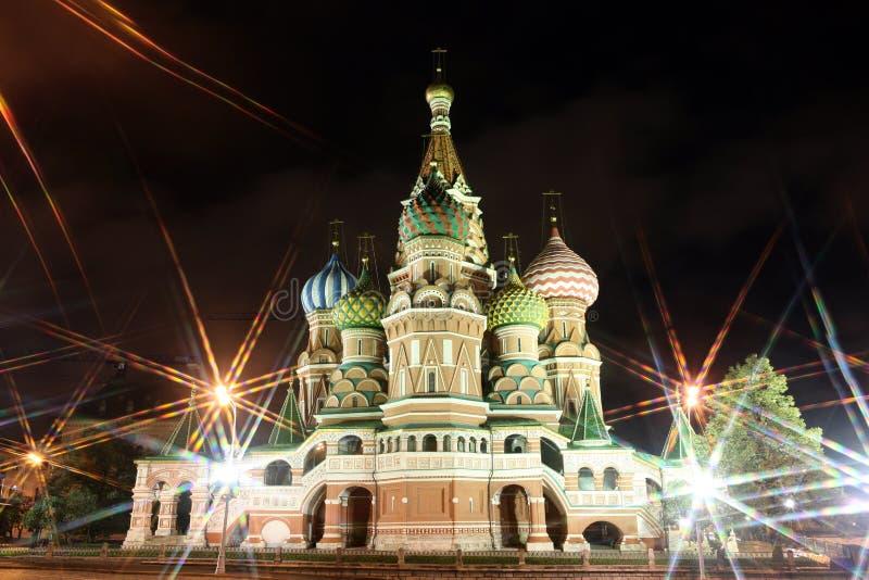Vista di notte del basilico della st della cattedrale di intercessione attraverso i raggi o fotografia stock libera da diritti