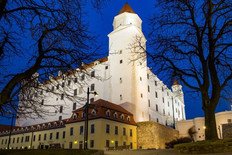 Vista di notte del castello di Bratislava fotografia stock