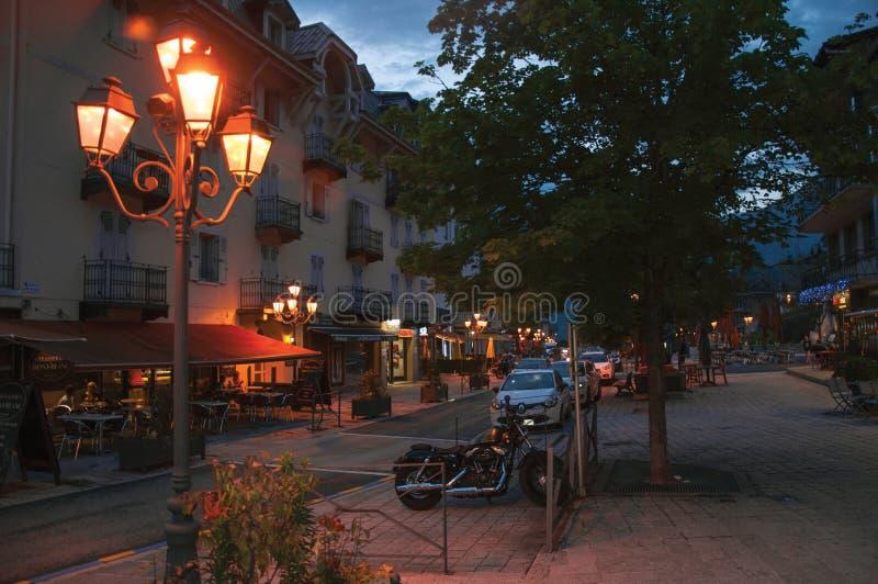 Vista di notte del comune e della via con la lampada in San-Gervais-Les-Bains fotografie stock