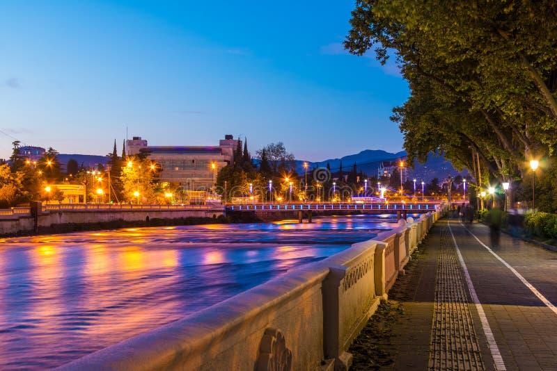 Vista di notte del fiume e dell'argine di Soci fotografia stock