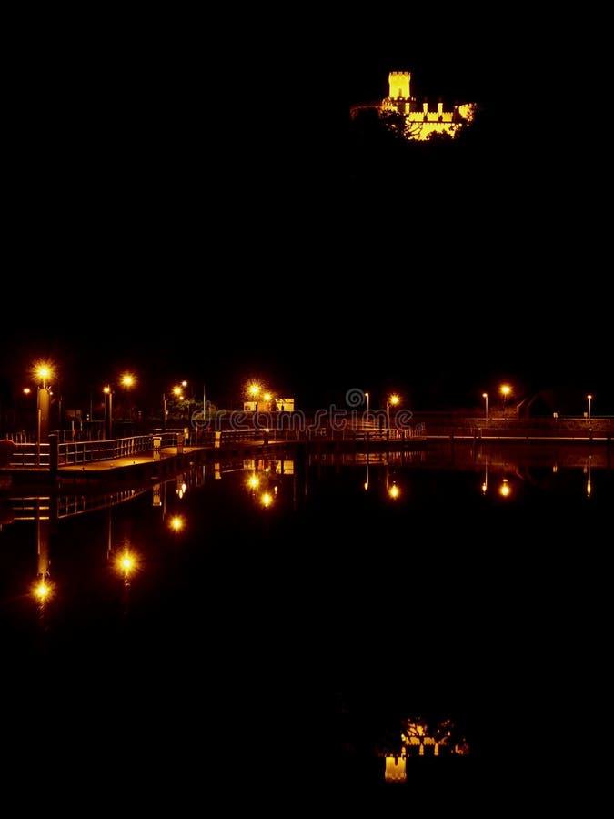 Vista di notte del ¡ illuminato di Hlubokà del castello immagini stock libere da diritti