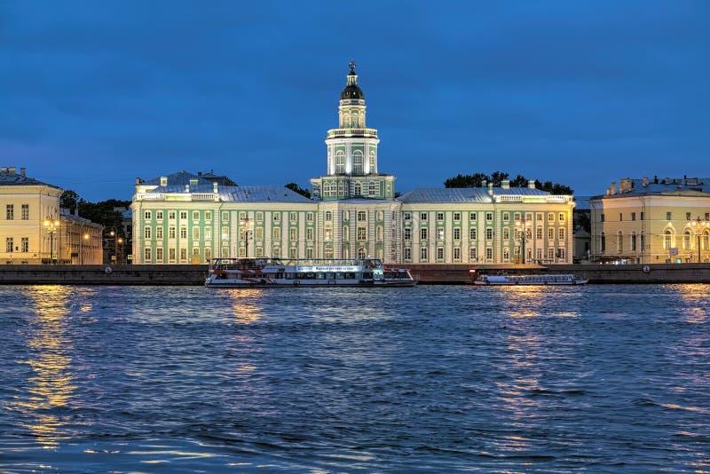 Vista di notte del Kunstkamera in San Pietroburgo, Russia fotografia stock