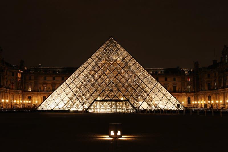 Vista di notte del Museum du Louvre fotografia stock