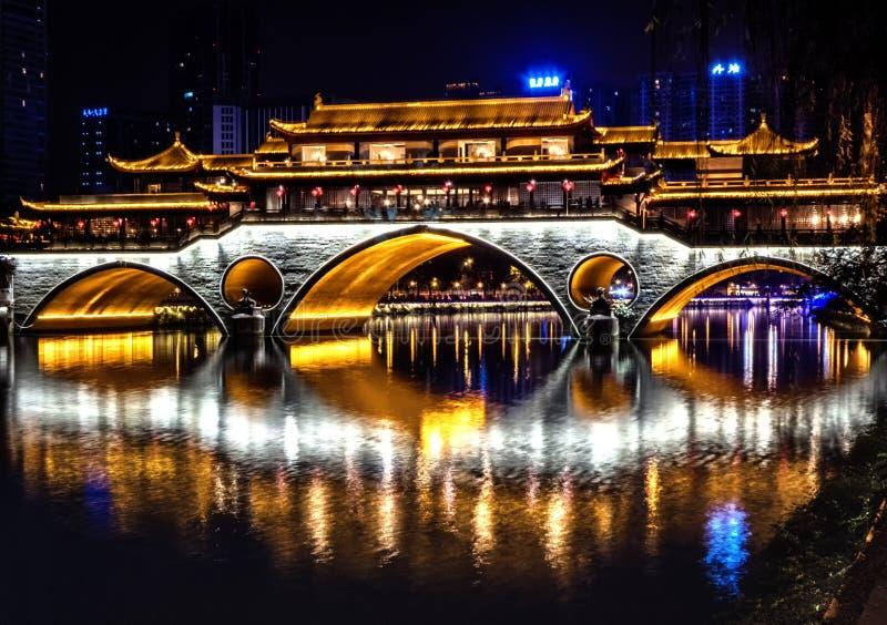Vista di notte del ponte di Anshun con la riflessione in Jin River, Chengdu, provincia del Sichuan, Cina immagini stock libere da diritti