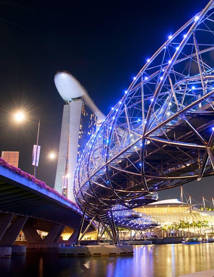 Vista di notte del ponte dell'elica fotografia stock libera da diritti