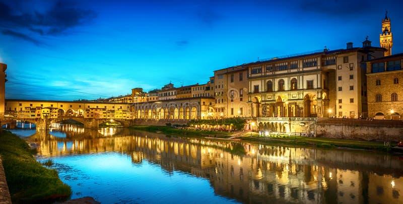 Vista di notte del ponte famoso Ponte Vecchio e della galleria Uffizi fotografia stock libera da diritti
