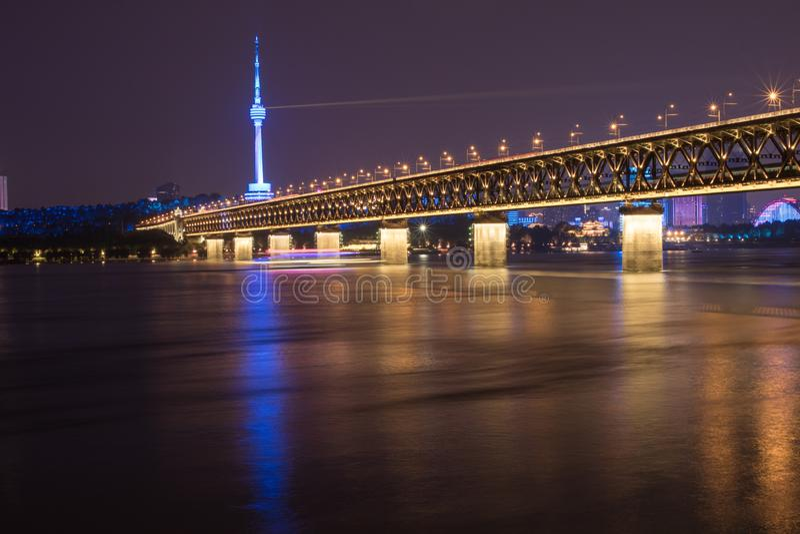 Vista di notte del ponte del fiume Chang Jiang a Wuhan, Hubei, Cina, torre di Guishan TV, il fiume Chang Jiang immagine stock