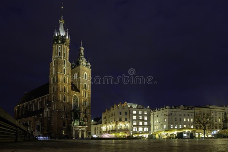 Vista di notte del quadrato e della chiesa fotografia stock