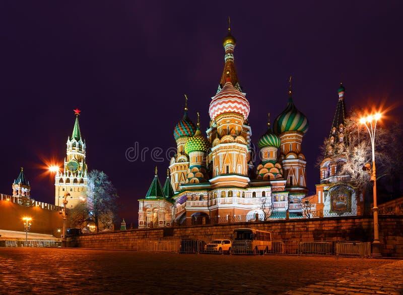 Vista di notte del quadrato rosso di Mosca, tempiale del basilico della st e torretta di Spasskaya di Kremlin immagini stock