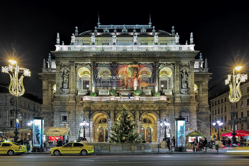 Vista di notte del teatro dell'opera ungherese dello stato a Budapest immagine stock