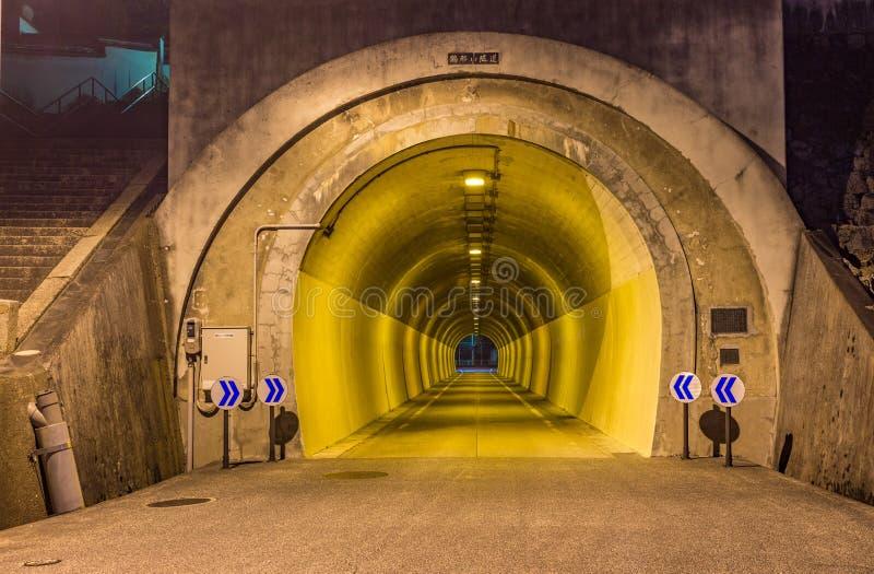 Vista di notte del tunnel della strada, Giappone Il testo giapponese traduce fotografie stock libere da diritti